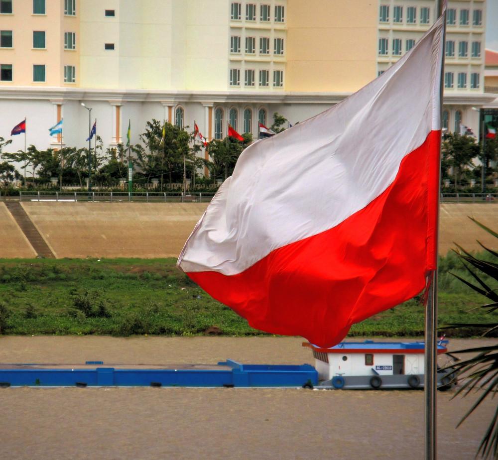 Polska flaga na tle Mekongu w Phnom Penh