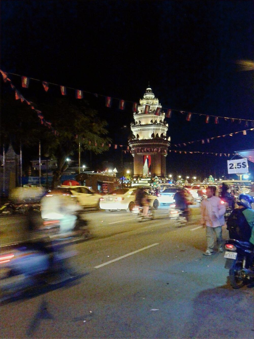 Phnom Penh, Independence Monument, ulica, motory, samochody, ruch uliczny, noc