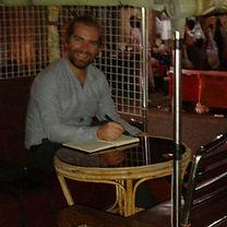 Mister Marcin przy swoim stoliku w tuk tuku