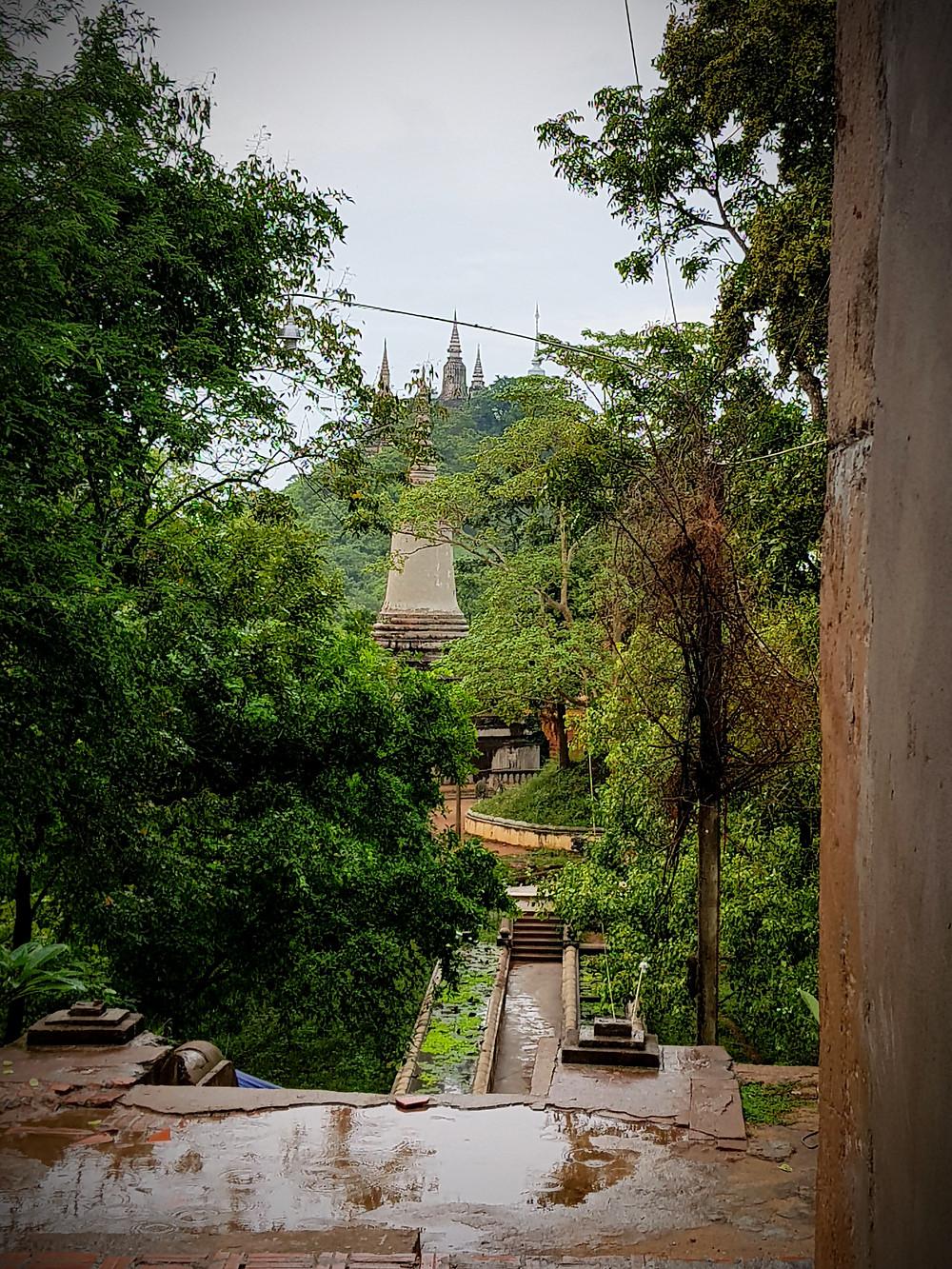 Widok na Oudong, budynki w dawnej stolicy Kambodży, stupy, las, dżungla, małpy, kamienne chodniki