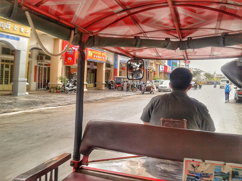Widok z tuk-tuka na ulicę w centrum Phnom Penh