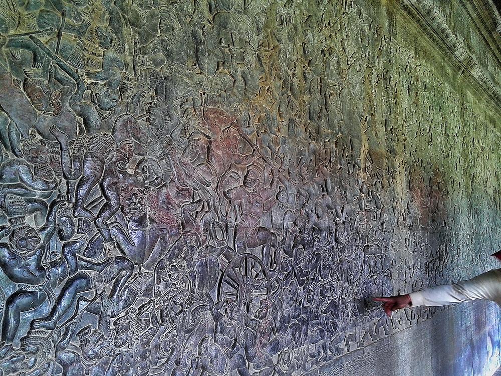Ściana pokryta płaskorzeźbami przedstawiającymi mitologię hinduistyczną wewnątrz Angkor Wat