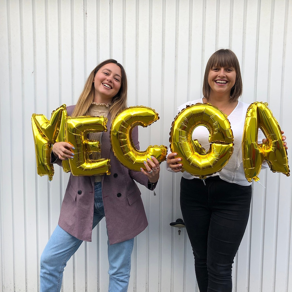 Zwei Frauen mit Luftballons mit der Schrift MECOA