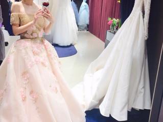 カラードレスの新作が入りました♡お客様のご試着写真です💓ゴールド&ピンクの刺繍カラードレス✨とっても素敵でオシャレです😻