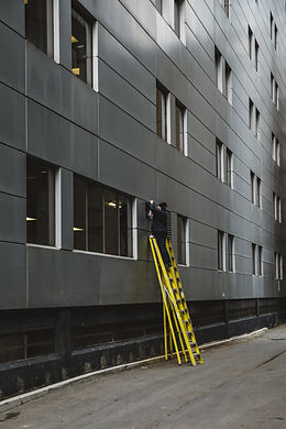 man-on-ladder-changing-outdoor-light.jpg