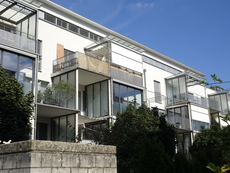 Eine saubere Sache! Die Aussenfenster der Mehrfamilienhäuser werden im Oktober 2018 gereinigt.