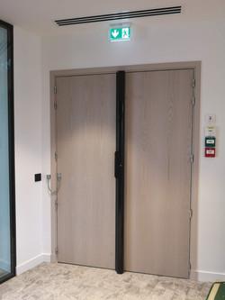 Porte avec ventouse et contrôle d'accès