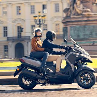 2021-Yamaha-MW300-EU-Nimbus_Grey-Action-