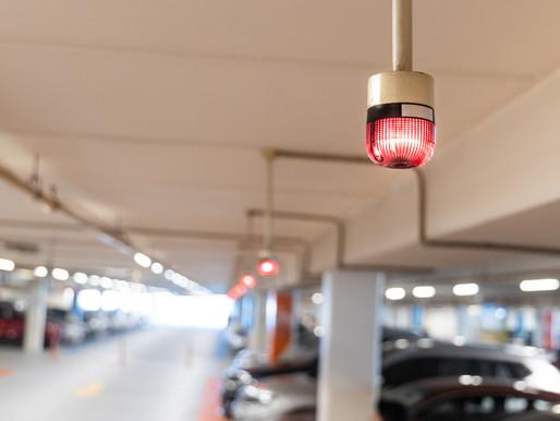 Sensor de estacionamento ultrassônico montado à frente da vaga interno