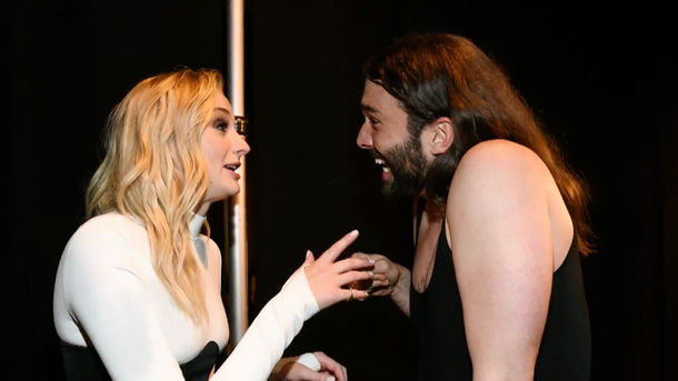 ET Online - Watch Sophie Turner and Jonathan Van Ness Freak Out Over Meeting One Another Backstage at the VMAs