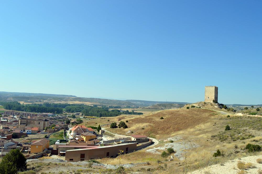 Vista general de Langa y su castillo.