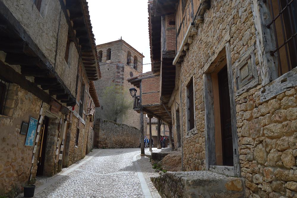 Calle Real y vista de la iglesia de Calatañazor.