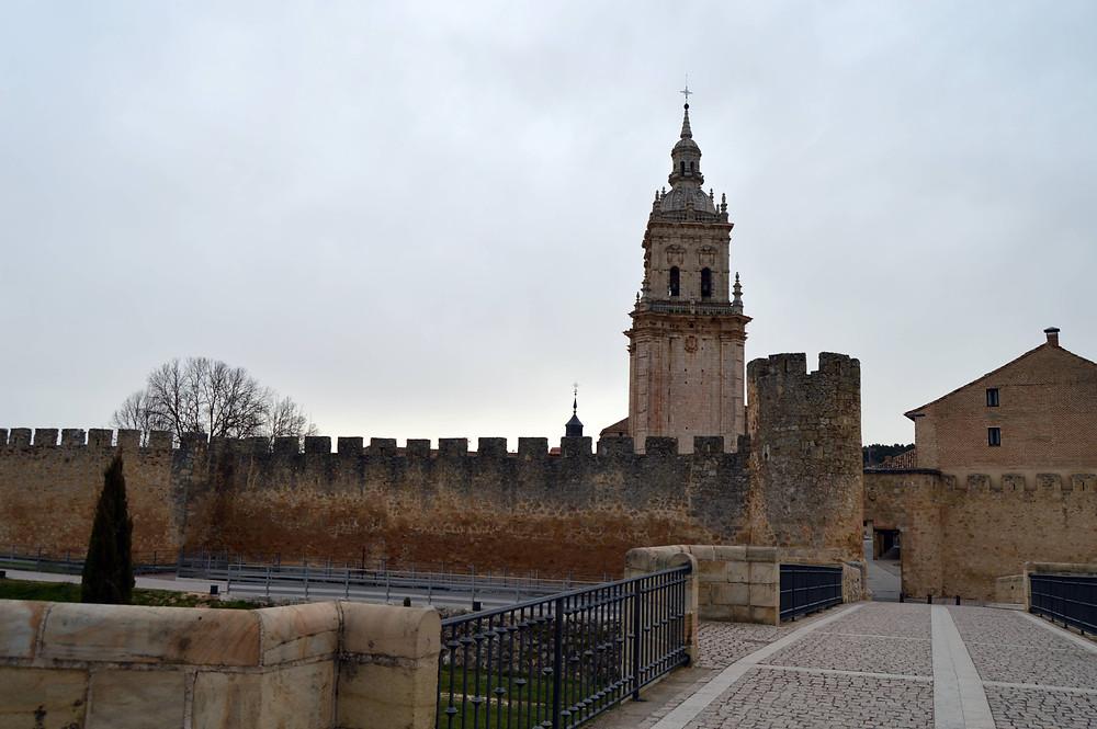 Vista de la muralla y la torre de la Catedral. Vista de la muralla y la torre de la Catedral.