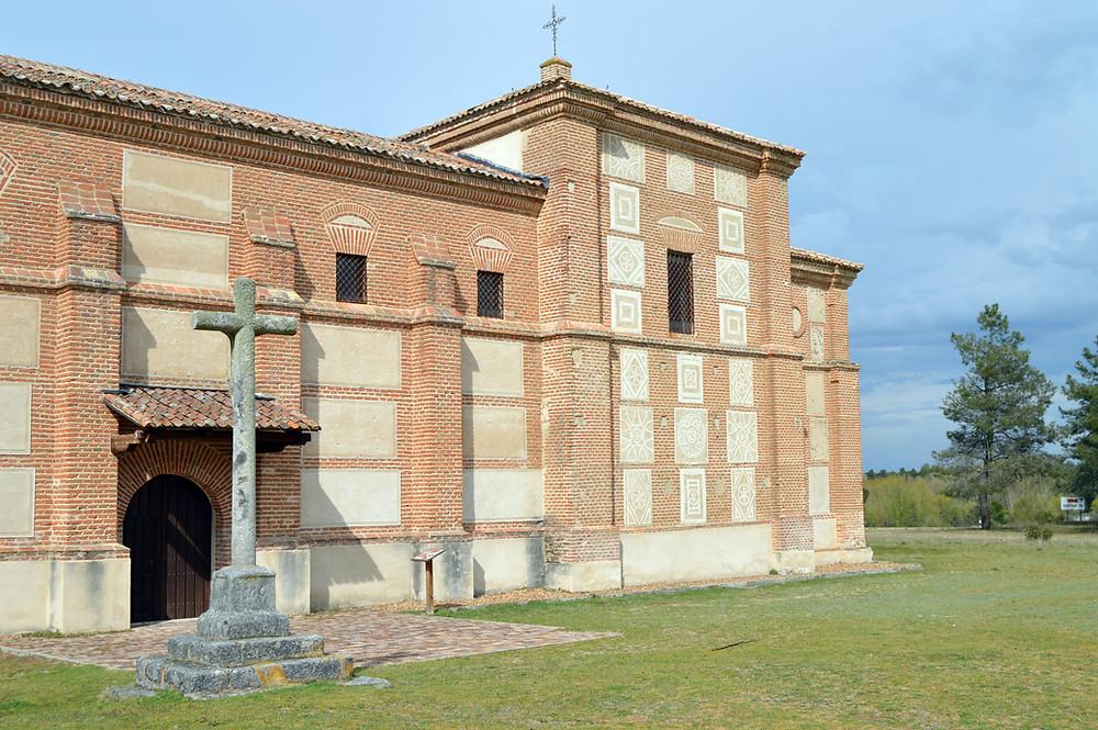 Fachada de la Ermita de la Virgen del Pinarejo.