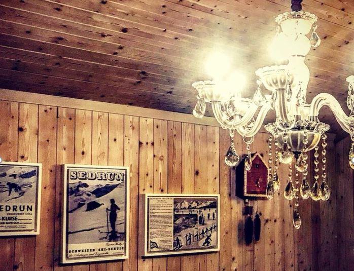 Alte Sedruner Skischulbilder als Deko