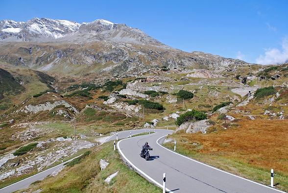 Motorrad Fahrer Herbsttour auf dem Pass St. Gotthard Region