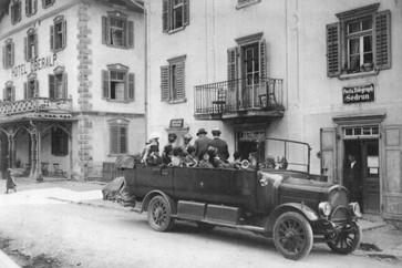 Postauto vor der alten Post in Sedrun