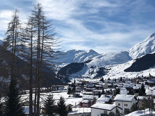 Sedrun im Winter, im Hintergrund Skigebiet Milez