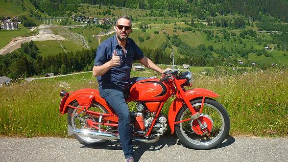 Curdin Brugger auf seiner Moto Guzzi