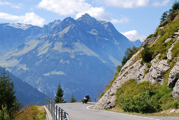 Motorradfahrer auf Kurvenreicher Passstrasse