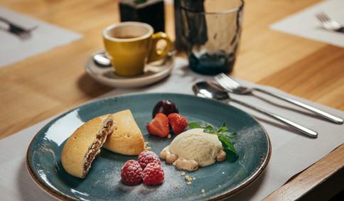 Nachtisch Teller mit Bio-Eis, Bündner Nusstorte und frischen Früchten