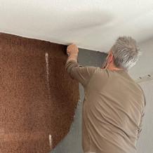 Chef Curdin beim Teppich von der Wand nehmen