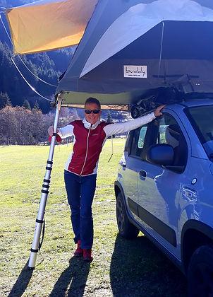 Susanne Hilfiker mit Dachzelt auf dem Auto