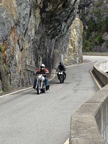 Motorradfahrer in der engen Rheinschlucht