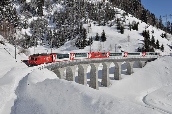 Glacier Express, Winter, Fahrt über eine Brücke Sedrun