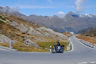 Mit dem Motorrad über den Pas