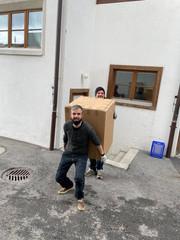 Serverin und Hubert beim Möbel tragen