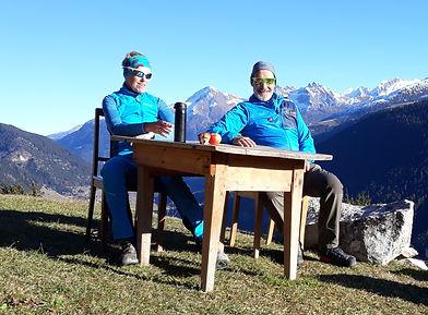 Susanne und Roland Hilfiker beim Frühstück in den Bergen