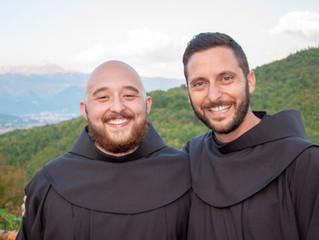 Fr. Pietro e fr. Massimiliano, il rito della vestizione dei due novizi (foto)