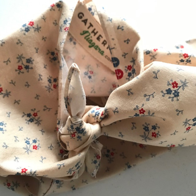 Old-fashioned floral bento bag