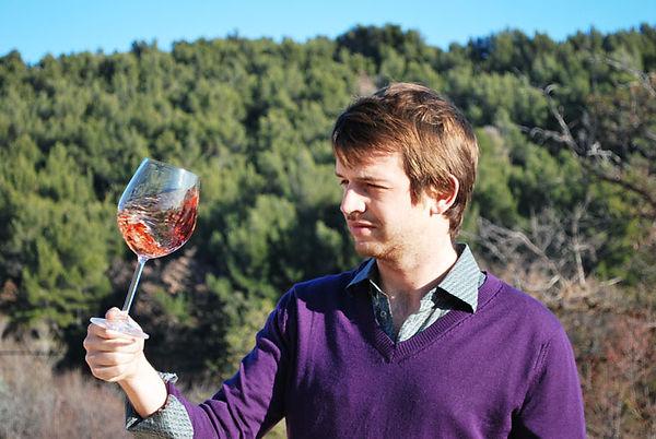 Portrait de Xavier Combe, vigneron indépendant, entrain d'aérer un verre de vin rosé