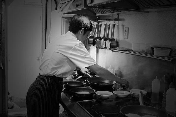 Portrait de le Cheffe du restaurant Julieta en noir et blanc dans ses cuisines à Montréal au Canada