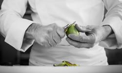 Photo de Philippe Bruneton dans sa cuisine entrain de préparer des kiwis pour une confiture