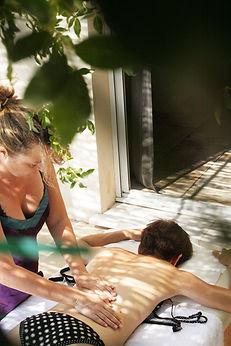 Massage du dos effectué sur une femme par une Thalassothérapeute qui pratique à domicile
