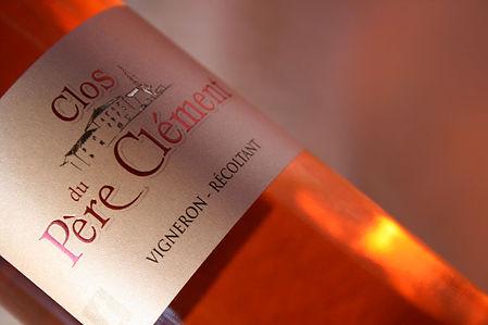 Gros plan sur l'étiquette de la bouteille de vin rosé du Clos du Père Clément