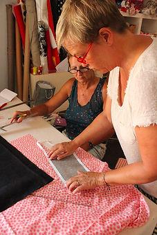 Les créatrices entrain de confectionner un sac à main sur mesure dans leur atelier