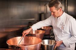 Photo de Philippe Bruneton dans sa cuisine entrain de confectionner ses confitures