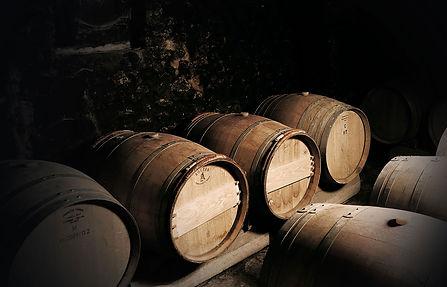 Tonneaux en chêne dans le chai du Clos du Père Clément vignoble situé à Visan dans le Vaucluse