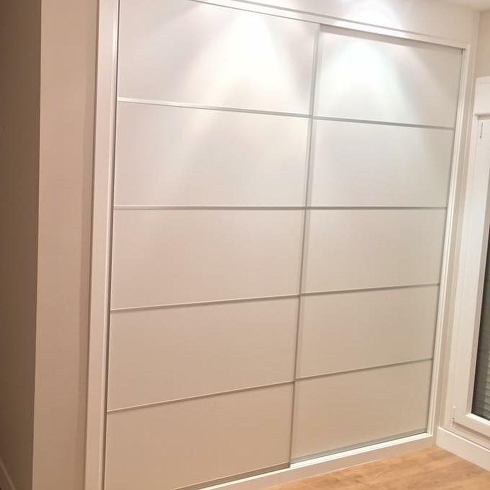 Puertas de armarios empotrados corredera en color blanco con decoración japonés plata y perfiles plata.