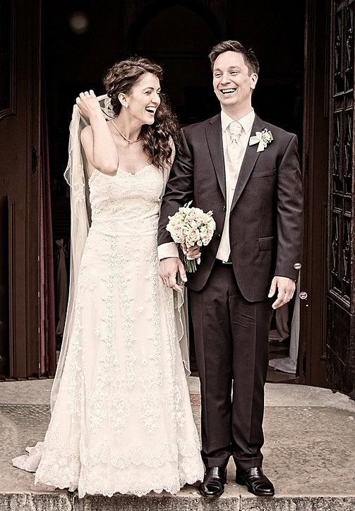 Glad brudepar foran kirke.jpg