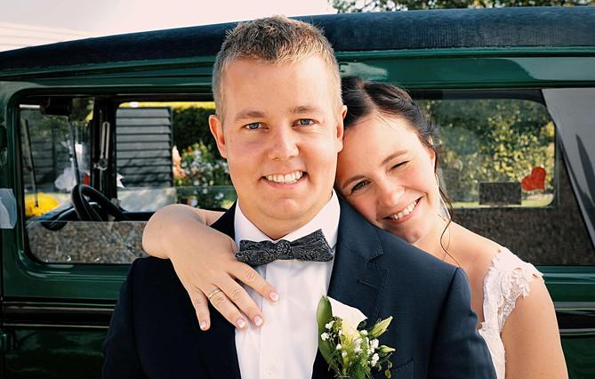Brudepar foran bil.jpg