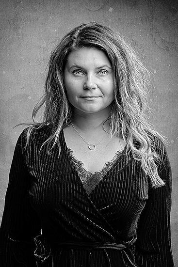 Foto a musiker, kvinde, sanger, sort og hvid. Taget f www.thomasboemikkelsen.dk