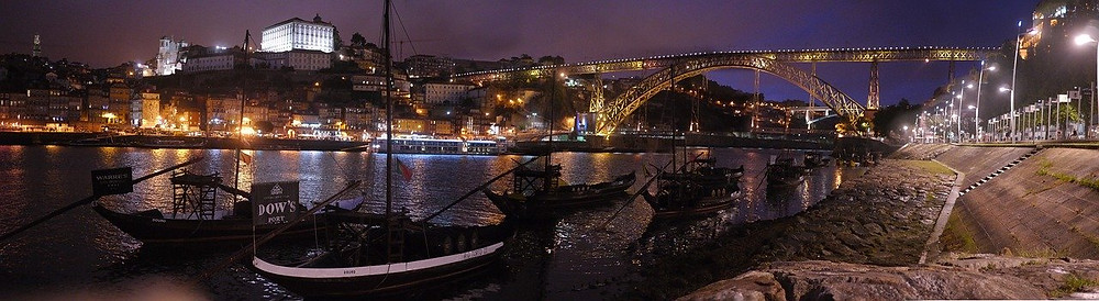A noite sobre o Rio Douro na cidade do Porto