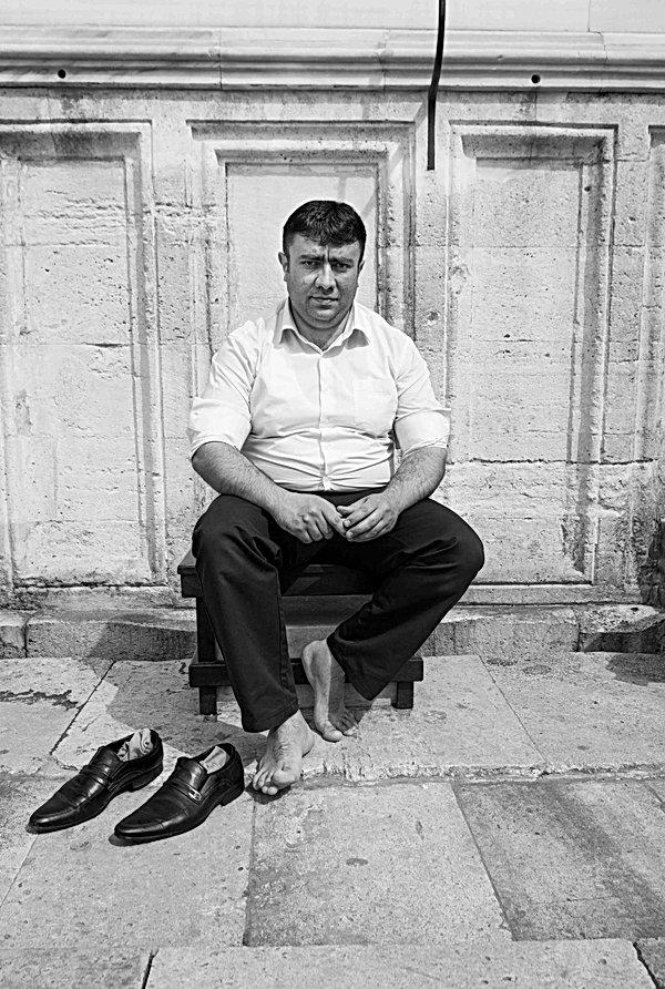Man_outside_Süleymaniye_Mosque,_Istanbul
