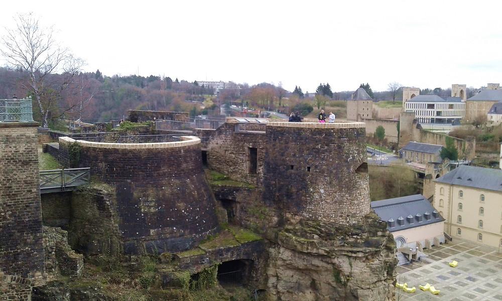Vistas panorámicas de la ciudad de Luxemburgo. Camino de la cornisa, pasarella