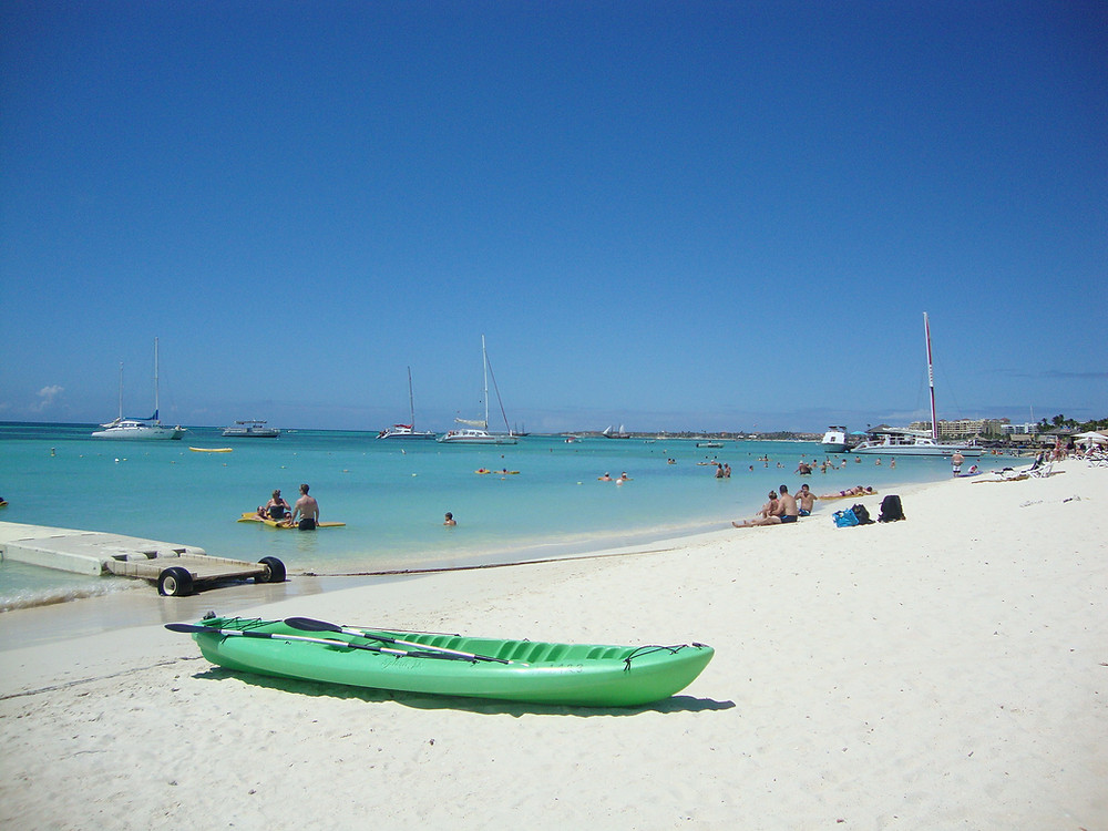 Paisaje de playa, con arena blanca y mar turquesa en Palm Beach, Aruba en el Caribe